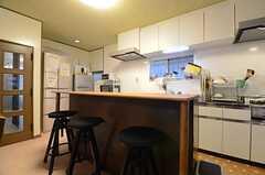 キッチンの手前にはカウンターが設けられています。(2016-03-15,共用部,KITCHEN,1F)