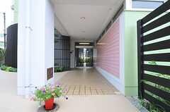 シェアハウスの正面玄関。右手の柵の中にはハーブガーデンがあります。(2011-07-26,周辺環境,ENTRANCE,1F)