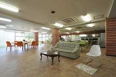 シェアハウスのラウンジの様子。ラウンジとキッチンは土足禁止です。(2011-07-26,共用部,LIVINGROOM,1F)