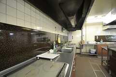 シェアハウスのキッチンの様子3。改装前の厨房設備を一部再利用しています。(2011-07-26,共用部,KITCHEN,1F)
