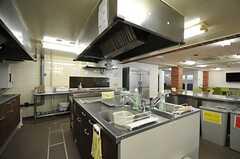 シェアハウスのキッチンの様子4。大型物件なので、シンクやコンロがいくつもあります。(2011-07-26,共用部,KITCHEN,1F)