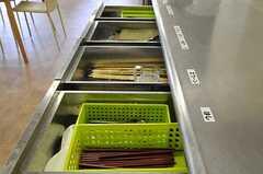 引き出しには箸や調理器具が収納されています。(2011-07-26,共用部,KITCHEN,1F)