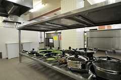 鍋類は作業テーブルの下に収納されています。(2011-07-26,共用部,KITCHEN,1F)