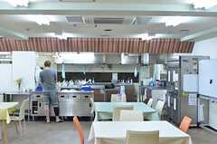 ラウンジ側から見たキッチンの様子。(2013-05-02,共用部,KITCHEN,1F)