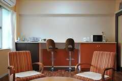 ブロッサムスペース(団欒室)の様子2。電子レンジとミニキッチンが置かれています。(2013-05-02,共用部,LIVINGROOM,1F)