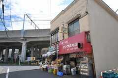 シェアハウス近くのお肉屋さんは、鶏肉がメイン。焼き鳥も販売しています。(2013-05-02,共用部,ENVIRONMENT,1F)
