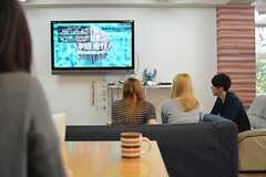 大きなテレビではスポーツ観戦をすることもあるそう。(2015-10-24,共用部,LIVINGROOM,1F)