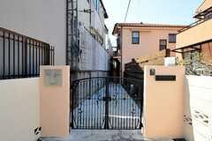 シェアハウスの門扉の様子。奧に見える建物がシェアハウスです。(2012-04-12,共用部,OUTLOOK,1F)