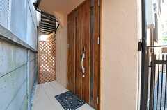 シェアハウスの正面玄関の様子。(2012-04-12,周辺環境,ENTRANCE,1F)