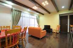 リビングの様子。右奧のドアは101、102号室です。(2012-04-12,共用部,LIVINGROOM,1F)
