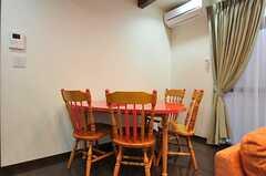リビングの様子4。半円型のテーブルが置かれています。(2012-04-12,共用部,LIVINGROOM,1F)