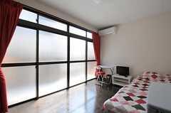 専有部の様子。掃き出し窓からベランダに出られます。(204号室)(2012-04-12,専有部,ROOM,2F)