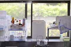 キッチンの窓から、向かいの学校の緑が見えます。(2014-07-17,共用部,KITCHEN,2F)