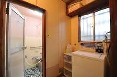 脱衣室に設置された洗濯機の様子。(2014-03-24,共用部,LAUNDRY,1F)