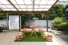 庭の様子2。屋根の下はガレージも兼ねています。(2014-07-17,共用部,GARAGE,1F)