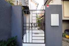 シェアハウスの門扉。(2011-02-23,周辺環境,ENTRANCE,1F)