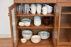 食器棚の様子。共用の食器が収納されています。(2016-08-10,共用部,KITCHEN,1F)