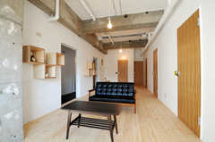 シェアハウスのリビングの様子。カリモクのソファです。(2011-03-18,共用部,LIVINGROOM,2F)