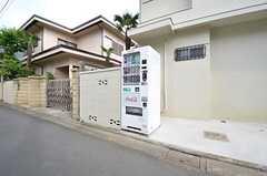 家の前には自動販売機が設置されています。(2015-05-14,共用部,GARAGE,1F)