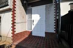シェアハウスの正面玄関。(2013-10-31,周辺環境,ENTRANCE,1F)