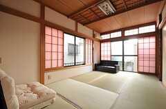 専有部の様子。掃出窓からは外に出られます。(101号室)(2013-10-31,専有部,ROOM,1F)