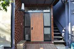玄関の様子。ドアの表面はこれから綺麗にする予定との事。(2015-10-19,周辺環境,ENTRANCE,1F)