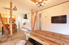 共用TVは壁掛け式です。テーブルの素材は杉。表面はデコボコしています。(2015-10-19,共用部,LIVINGROOM,1F)
