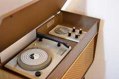 インテリアとしてアンティークのレコードプレーヤーが置かれています。(2015-10-19,共用部,OTHER,1F)