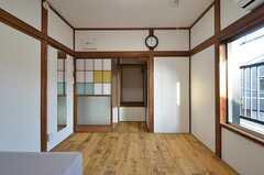 引き戸の奥には収納スペースがあります。窓からベランダへ出られます。(202号室)(2015-10-19,専有部,ROOM,2F)