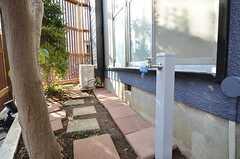 玄関脇には小さな庭があります。(2015-10-19,共用部,ENVIRONMENT,1F)