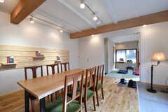 リビングの様子3。壁に棚が設置されています。リビングの奥は和室です。(2019-01-25,共用部,LIVINGROOM,1F)