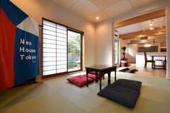 和室の様子4。掃出し窓から庭へ出ることができます。和室にのれんが飾られています。(2019-01-25,共用部,LIVINGROOM,1F)