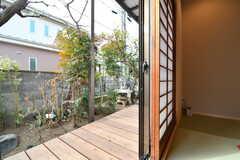 室内から見た庭の様子。庭には濡れ縁が用意されています。(2019-01-25,共用部,OTHER,1F)