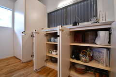 収納棚の下に共用の食器やグラスが入れられています。(2019-01-25,共用部,KITCHEN,1F)