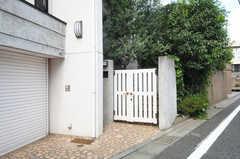 シェアハウスの門扉の様子。(2013-09-02,共用部,OUTLOOK,1F)