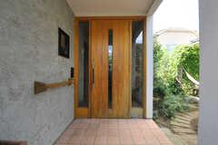 シェアハウスの正面玄関の様子。右手に庭が広がっています。(2013-09-02,周辺環境,ENTRANCE,1F)