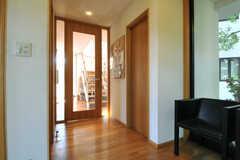 廊下の様子。右手にトイレ、正面にリビングがあります。(2013-09-02,共用部,OTHER,1F)