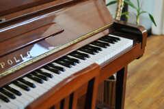 リビングに置かれたピアノの様子。(2013-09-02,共用部,LIVINGROOM,1F)