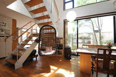 リビングの様子5。階段にはバンギングチェアがぶらさがっています。(2013-09-02,共用部,LIVINGROOM,1F)