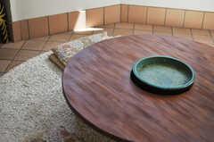 ダイニングテーブルの様子。真ん中の瓶(カメ)にはメダカの姿が見られます。(2013-09-02,共用部,LIVINGROOM,1F)