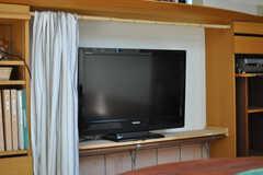 キッチンのカウンター・テーブルの下にTVがあります。(2013-09-02,共用部,LIVINGROOM,1F)