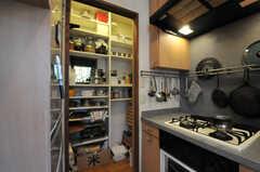 コンロ脇の引き戸を開けると、食材のストックルームになっています。(2013-09-02,共用部,KITCHEN,1F)