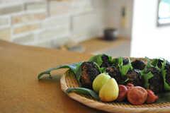 庭でとれた食材だけで飾った、小豆入り酵素玄米のおにぎり。美味でした。(2013-09-02,共用部,KITCHEN,1F)