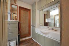 水まわり設備の様子。すだれのかかったドアの先はバスルームです。(2013-09-02,共用部,OTHER,2F)