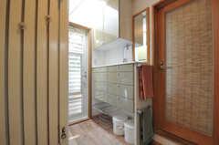水まわり設備の様子2。引き出しの対面に洗濯機、ガラス戸の先にベランダがあります。(2013-09-02,共用部,OTHER,2F)