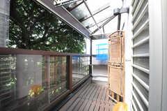 庭に面した物干しバルコニーの様子。雨風が入ってこないよう、ポリカーボネートの窓が設置されています。(2013-09-02,共用部,OTHER,2F)