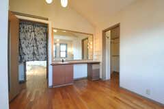専有部の様子2。大きな鏡台が取り付けられています。(203号室)(2013-09-02,専有部,ROOM,2F)