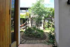 玄関から庭を眺めるとこんな感じ。(2013-09-02,共用部,OTHER,1F)