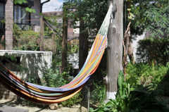 庭に設置されたハンモック。(2013-09-02,共用部,OTHER,1F)