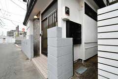シェアハウスの玄関。玄関脇に郵便受けが設置されています。(2018-02-21,周辺環境,ENTRANCE,1F)